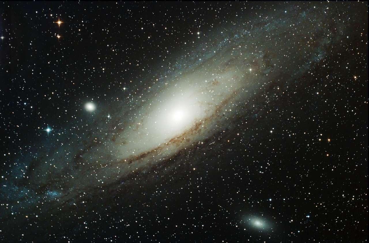 Messier 31, la galaxie d'Andromède, est connue des astronomes depuis plus de 1.000 ans. Galaxie la plus proche de la Voie lactée et la plus observée, elle nous réserve encore des surprises, puisqu'on vient de découvrir qu'elle était entourée d'un disque géant de galaxies naines. © Gérard Bauza