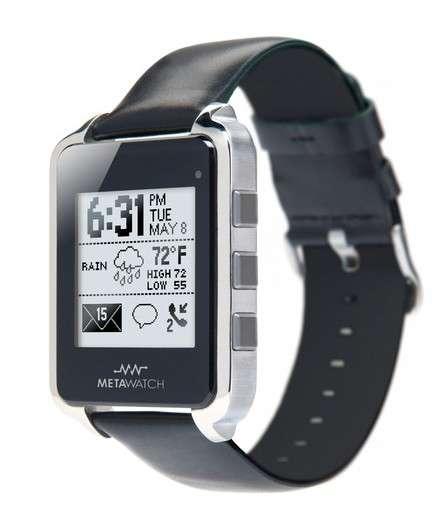 La Metawatch est l'une des nombreuses montres intelligentes que l'on trouve actuellement sur le marché. Elle peut se connecter à un iPhone (4S et 5) ou un smartphone Android via une liaison Bluetooth pour voir un appel entrant, lire les messages, contrôler la musique ou consulter la météo. © Metawatch