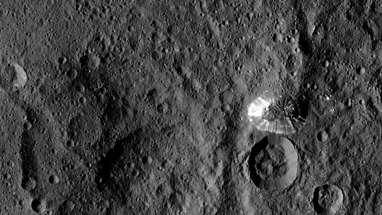 La montagne conique de Cérès photographiée le 19 août 2015 par la sonde Dawn, à 1.470 km de distance, avec une résolution de 140 m par pixel. Sa hauteur est estimée à environ 6.000 m. © Nasa/JPL-Caltech/UCLA/MPS/DLR/IDA