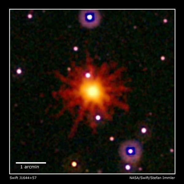 Cette image est un rassemblement des observations faites par les instruments de Swift dans l'ultraviolet/visible (blanc, violet) et le domaine des rayons X (jaune et rouge) de Swift J1644 57. © Nasa/Swift/Stefan Immler