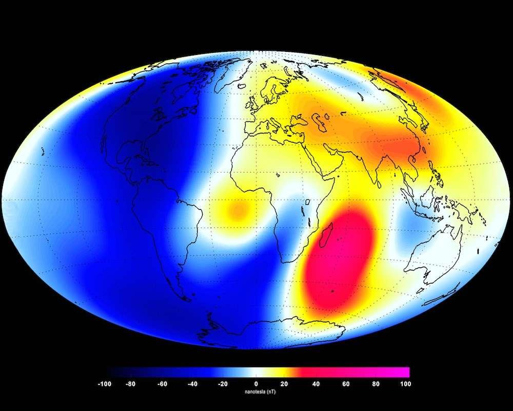 Variations du champ magnétique terrestre mesurées par la flottille de satellites Swarm (Esa) entre janvier et juin 2014. Les taches rouges soulignent les régions où les signaux sont les plus forts, en l'occurrence l'océan Indien, tandis que le bleu marque les parties les plus faibles (moitié ouest du globe terrestre). © Esa, DTU Space