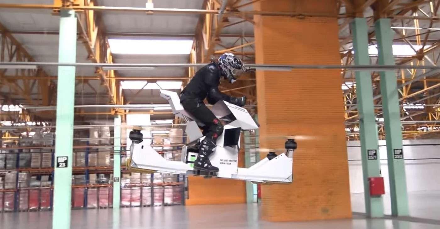 La moto volante Hoversurf a d'emblée suscité des craintes quant à la sécurité en raison de l'absence de protection autour des rotors. © Hoversurf
