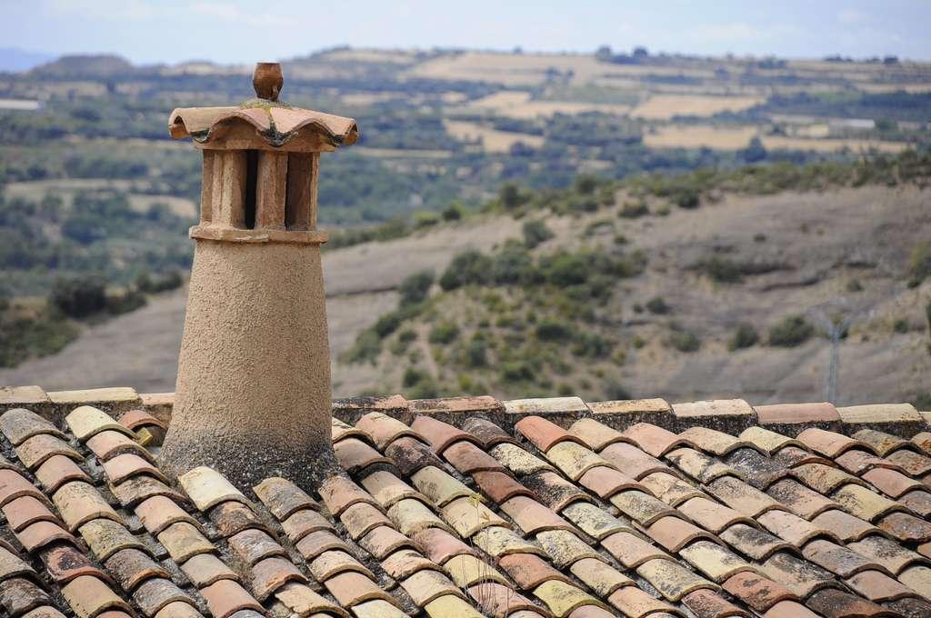 Changer une tuile cassée évite tout risque de dégât des eaux et de déperdition d'énergie dans la maison. © Mphotographe, Flickr, CC BY-ND 2.0