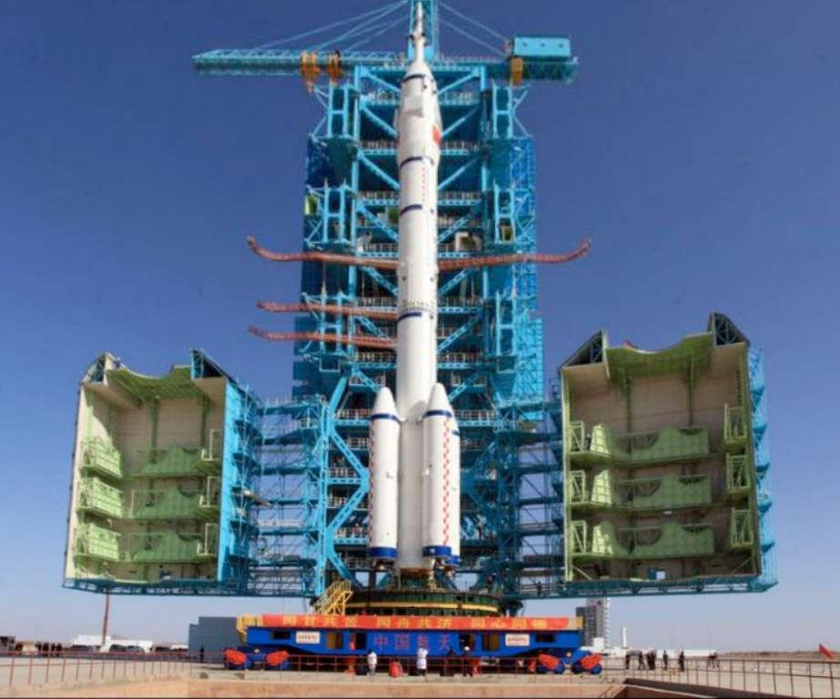 Un lanceur Longue Marche 2, utilisé pour lancer le véhicule spatial habité Shenzhou, peut seulement le faire pour des missions en orbite basse. Il serait bien incapable de l'envoyer vers la Lune, d'où la nécessité pour la Chine de se doter d'un lanceur lourd. © Agence spatiale chinoise