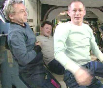 L'Expédition 21, photographiée dans l'ISS peu avant le retour sur Terre. De gauche à droite, le Canadien Robert Thirsk, le Russe Roman Romanenko et le Belge Frank De Winne. © Nasa TV