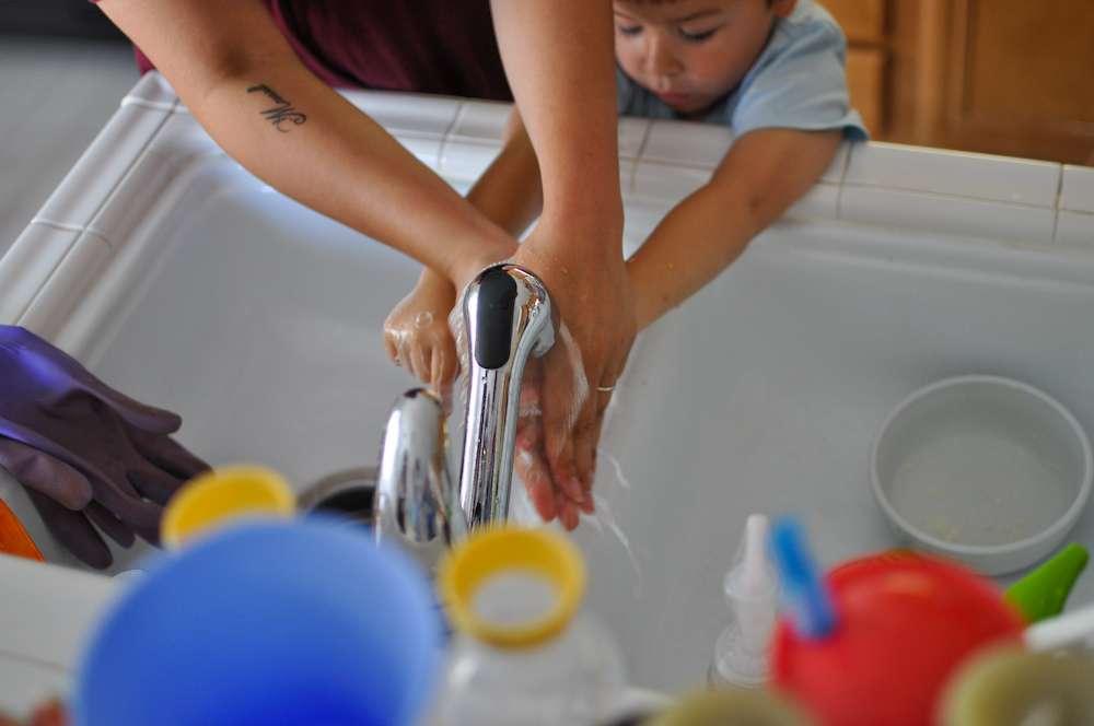 Pour un lavage des mains efficace à l'eau et au savon, l'OMS recommande de frotter pendant 40 à 60 secondes : le dessus, les paumes, entre les doigts, les ongles et les poignets. La même opération doit être effectuée avec une solution hydro-alcoolique, jusqu'à ce que le produit ait complétement séché. © Marmotto, Flickr, cc by nc sa 2.0