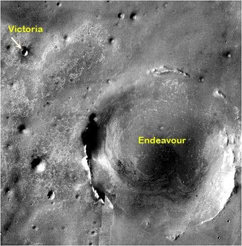 Le cratère Victoria (à gauche) fait figure de nain devant le cratère Endeavour et ses 22 kilomètres de diamètre (à droite). Crédit Nasa
