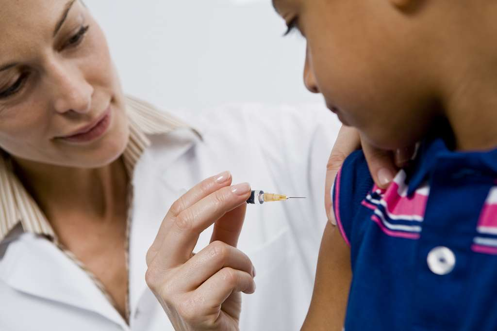 La vaccination contre la diphtérie, le tétanos mais aussi la poliomyélite est obligatoire en France, et un seul vaccin préserve des trois maladies. Il consiste en trois vaccinations regroupées en 6 semaines et quelques rappels au long de la vie. Peut-être faudra-t-il en faire plus si la pollution par des composés perfluorés diminue la réponse immunitaire. © Sanofi Pasteur, Flickr, cc by nc nd 2.0