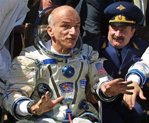 Depuis 2001 et le vol du premier touriste spatial Dennis Tito, ici à l'image, 6 autres personnes ont réalisé leurs rêves de voyager dans l'espace. Le Québécois Guy Laliberte est la dernière personne à l'avoir fait, en octobre 2009. Crédit RSC Energia
