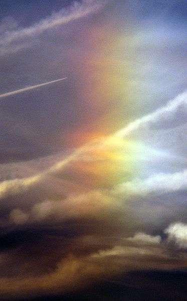 La réfraction des rayons lumineux sur les molécules d'eau en suspension dans l'atmosphère provoque l'apparition d'un arc-en-ciel. © F. Lamiot / Wikimédia Commons CC by-sa