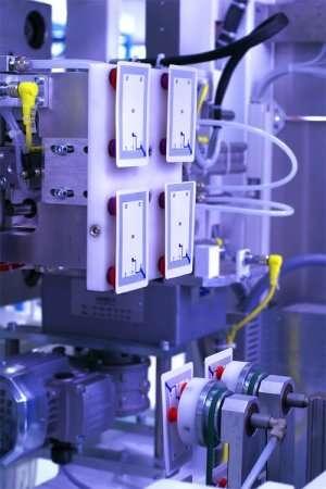 Comment garantir l'intégrité de la puce et de l'antenne lors de l'injection ? Dix-huit mois de R&D ont permis de concevoir un moule capable de poser un petit circuit électronique sur un film de 4/100 de mm d'épaisseur dans des conditions de température et