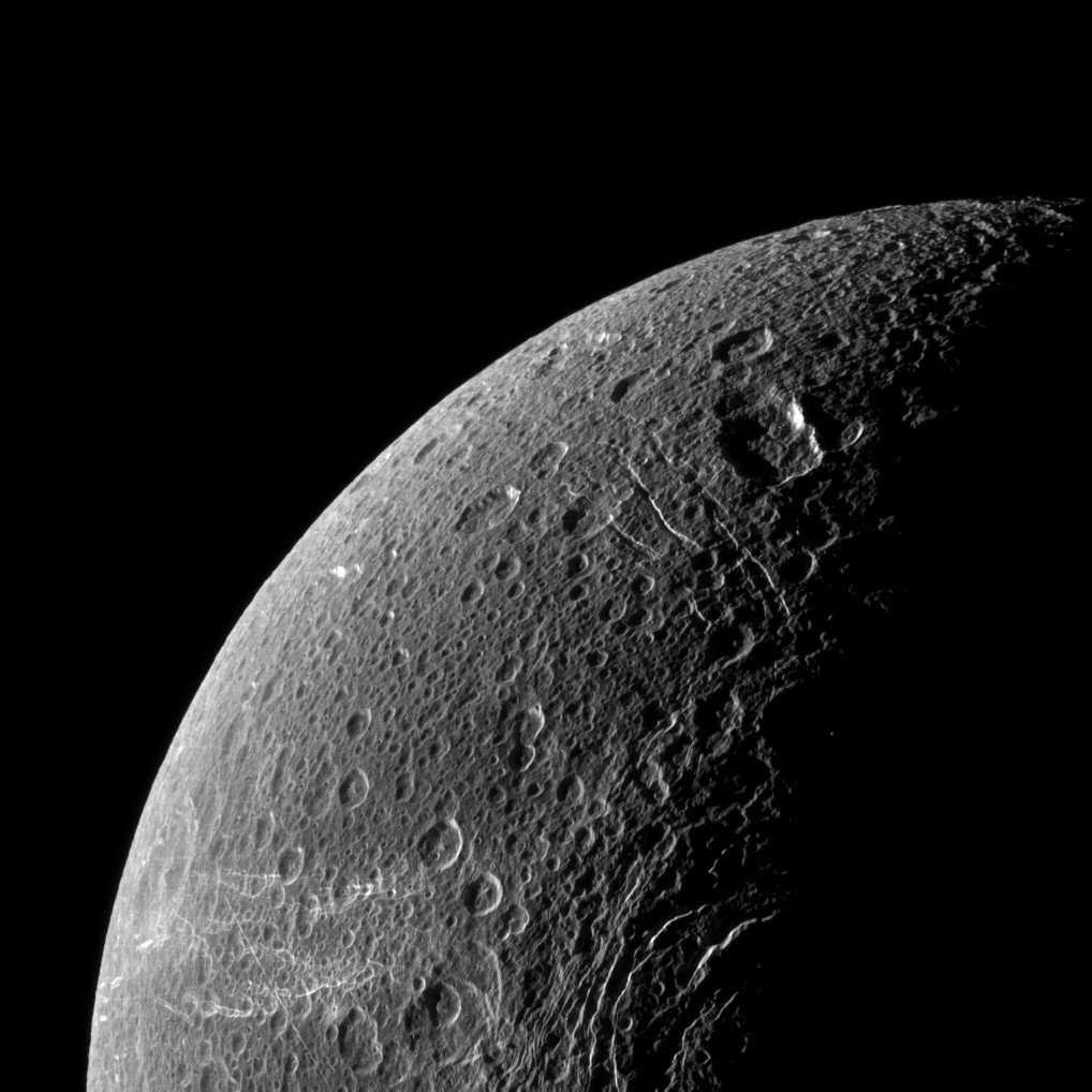 Après Rhéa, Dioné est le deuxième satellite de Saturne à posséder une mince atmosphère d'oxygène. © Nasa/JPL