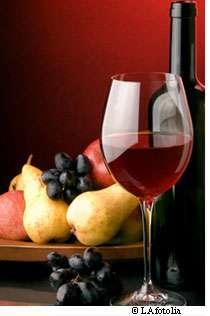 Des fruits, du chocolat, du thé, un verre de vin rouge avec le fromage : voilà une recette apparemment saine... © LA / Fotolia