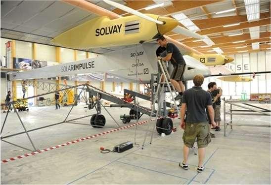 Dans son hangar, l'avion solaire de Solar Impulse, HB-SIA, est paré au décollage, prévu demain pour un long vol, en partie effectué de nuit.