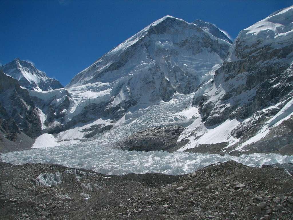 Le glacier de la vallée de Khumbu, au pied du mont Everest (à l'arrière-plan), est loin des querelles d'experts. Sa surface n'en a pas moins diminué de 5% entre 1962 et 2005 (Bolch T., Buchroithner M., Pieczonka T., Kunert A., Journal of Glaciology2008, vol. 54, no187, pp. 592-600). © mckaysavage / Flickr - Licence Creative Commons (by-nc-sa 2.0)