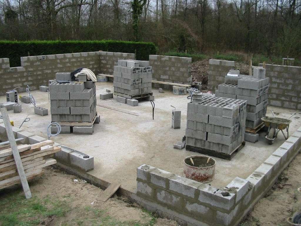 Le béton préfabriqué comprend par exemple les parpaings, produits par des usines et assemblés sur le site de construction. © Magnus Manske, CC BY-SA 2.5, Wikimedia Commons