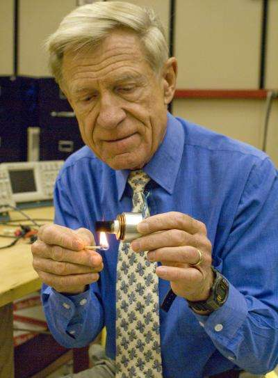 Orest Symko, son allumette et son réfrigérateur producteur d'électricité. Crédit : University of Utah