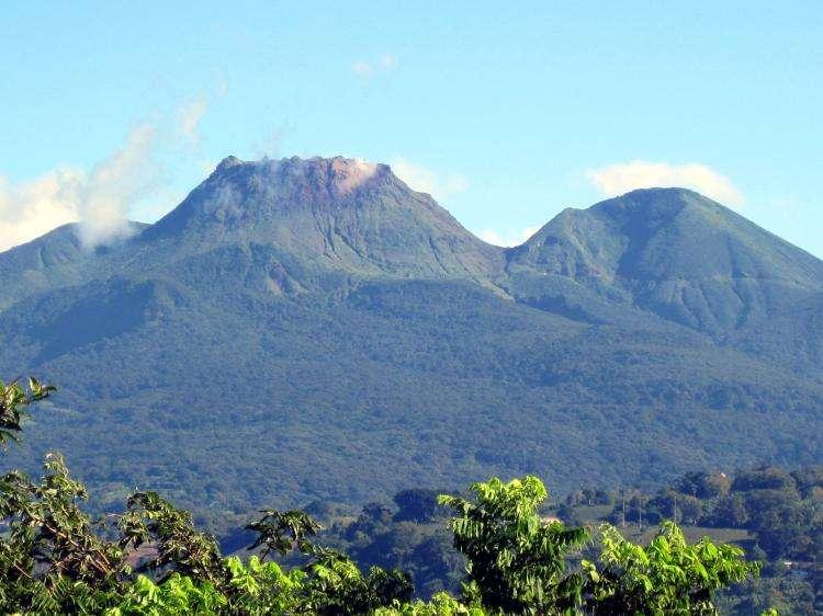 Le volcan de la Soufrière, vu ici depuis l'observatoire volcanologique de la Guadeloupe est sous haute surveillance. © CNRS