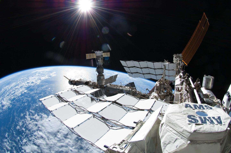 Le détecteur de rayons cosmiques qu'est l'AMS a rejoint l'espace grâce au lancement de la navette spatiale Endeavour le lundi 16 avril 2011. Il a ensuite été installé sur l'ISS et devrait permettre de mesurer et de caractériser les flux de rayons cosmiques pendant au moins dix ans. © Nasa