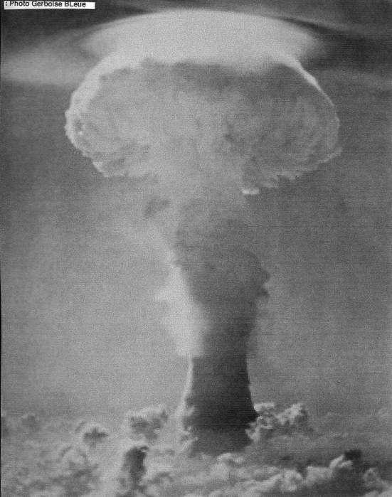 Le champignon atomique résultant de l'explosion du test Gerboise bleue, le 13 février 1962, dans le désert du Sahara, au sud-ouest de l'Algérie. © Aven