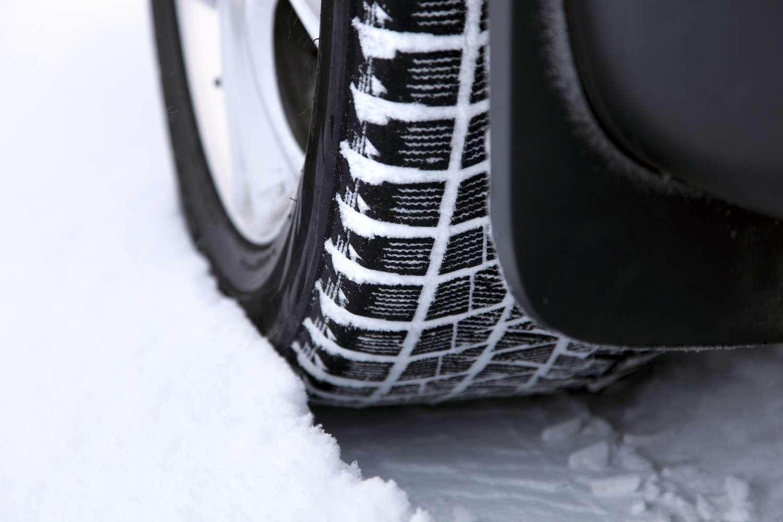 L'obligation d'utiliser des pneus neige ou d'autres équipements équivalents vise à « limiter les embouteillages sur les routes dans les régions montagneuses et améliorer la sécurité des usager ». © Savushkin / Istock.com