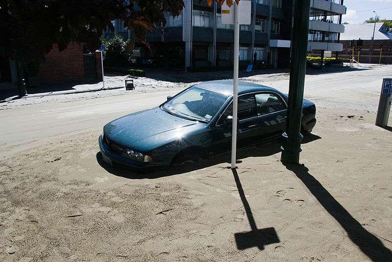 La liquéfaction du sol piège parfois les véhicules, comme ici lors de l'important séisme qui s'est produit à Christchurch, en Nouvelle-Zélande, en février 2011. © Gabrielle, Wikipédia, cc by 2.0
