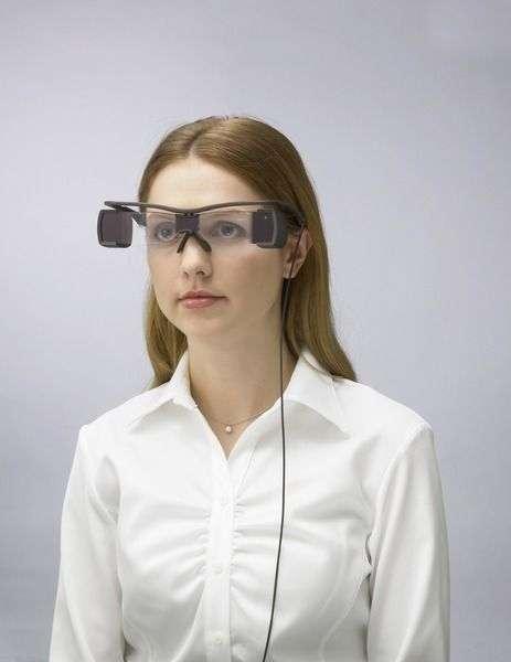 Des lunettes destinées aux sourds et aux malvoyants intègrent les sous-titres et un casque permet d'y ajouter l'audiodescription. Une technologie qui commence à être expérimentée dans plusieurs cinémas en France. © Sony