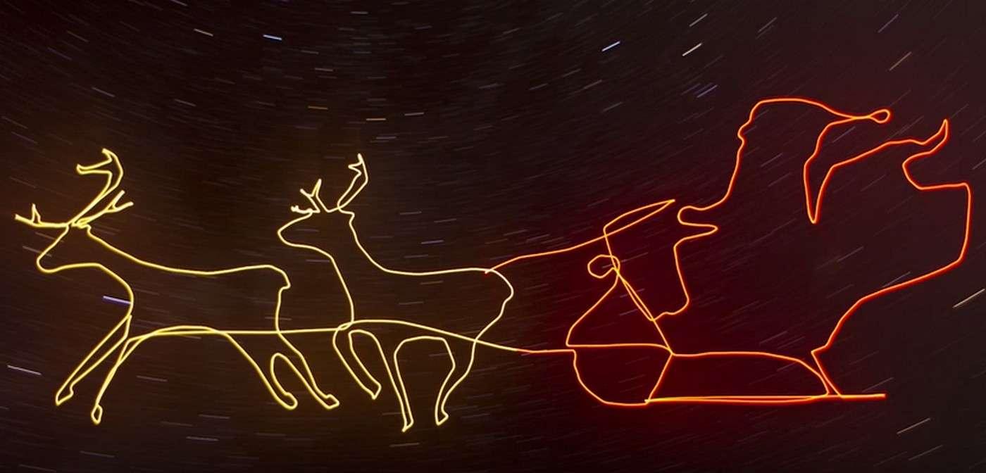 Ce traîneau du Père Noel a été dessiné avec un source lumineuse par un drone de haute précision. © Ascending Technologies