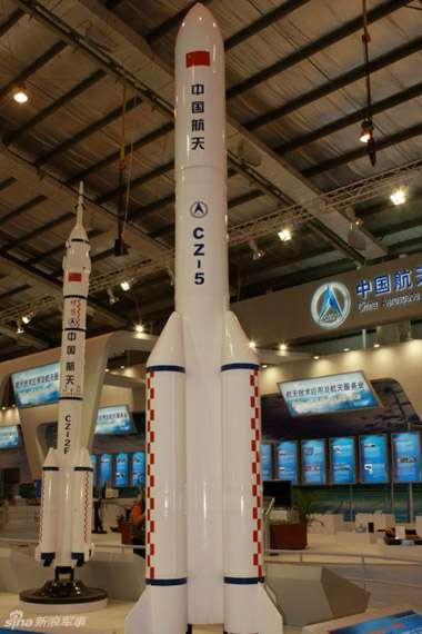 Tout programme spatial d'exploration nécessite un lanceur lourd de très grande capacité. Celui de la Chine n'échappe pas à cette règle. Présenté en décembre 2010 lors du Zhuhai Air Show, cette maquette d'une Long March 5 capable de transporter 25 tonnes en orbite basse à l'horizon préfigure peut-être le lanceur lourd qui pourra lancer un équipage vers la Lune en 2030. © DR