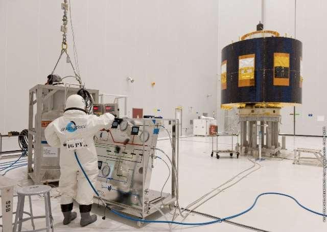 Le satellite MSG-3 en phase de remplissage. Si les conditions météorologiques sont favorables, ce satellite et EchoStar XVII seront mis à poste par une Ariane 5 ECA. Le lanceur doit décoller ce soir à l'intérieur d'une fenêtre de tir s'ouvrant à 23 h 36 et se fermant vendredi à 00 h 05. © Arianespace