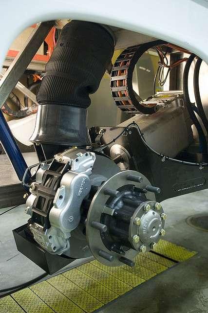 Les roues-moteurs électriques de cette camionnette de livraison font office de générateurs électriques lors des phases de freinage régénératif. © Stephen Petit, cc by nc nd 2.0
