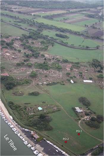 Vue aérienne d'Ostie et la position de son bassin portuaire antique colmaté (au premier plan). Vers la gauche du cliché, le Tibre coule en bordure du palais impérial. En rouge, les sites de carottage. © S. Keay
