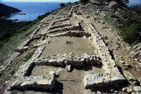 Photographie de l'acropole mycénienne mise à jour par Yiannis Lolos, sur l'île de Salamine.S'agit-il du fief d'Ajax ? Si Lolos en est convaincu, ce fait n'est pas encore avéré...
