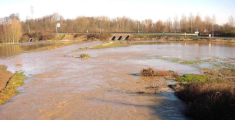 Le lit mineur de ce cours d'eau se situe à gauche, dans le prolongement du pont. Le reste de la zone inondée constitue le lit majeur de la rivière. © Lamiot, Wikimédia CC by 3.0