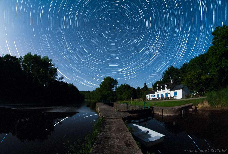 La Terre tourne, en voilà une très belle preuve avec cette rotation d'étoiles réalisée depuis une écluse sur l'Aulne. © A. Croisier