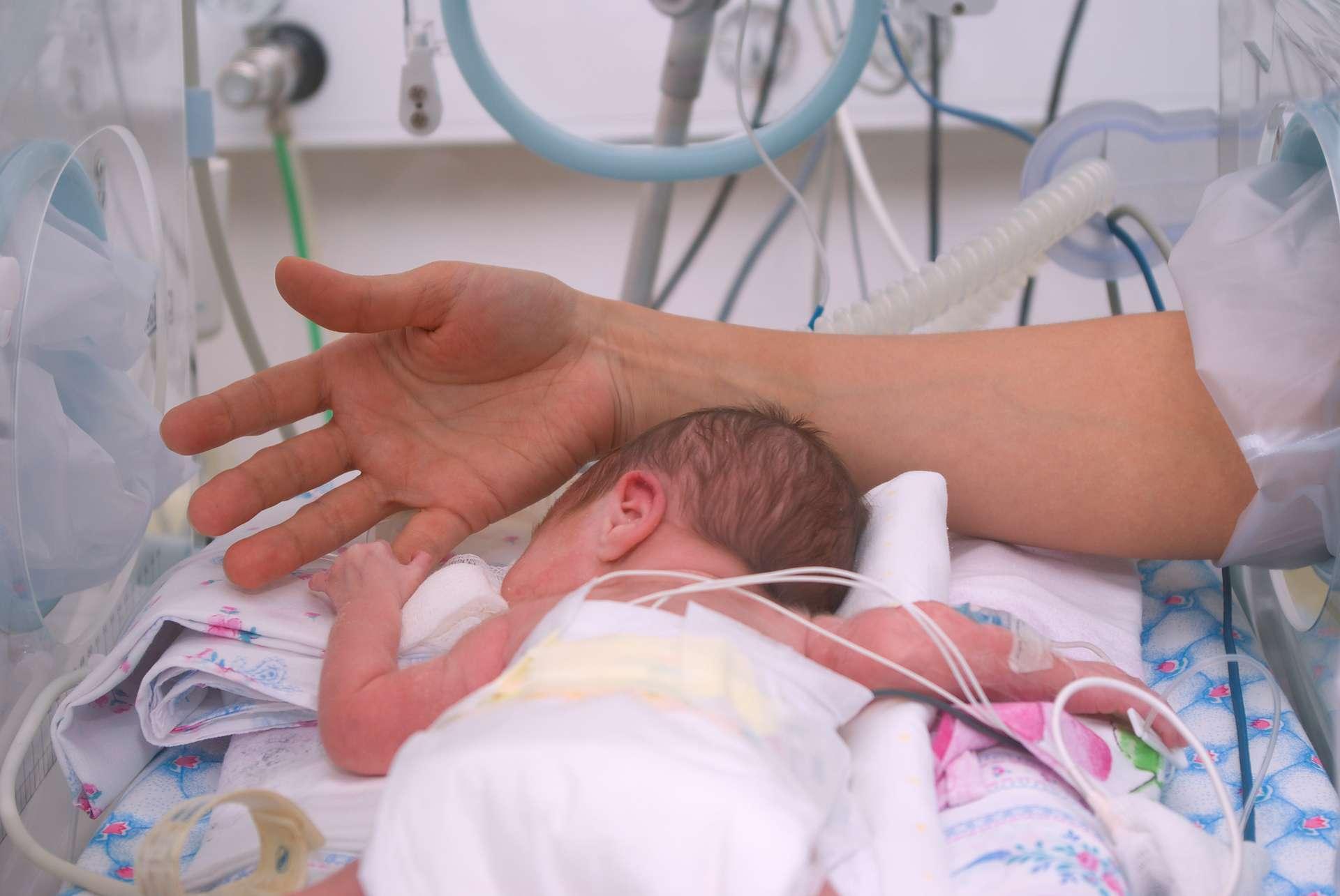 Un nourrissons est considéré comme prématuré quand il nait avant 8 mois et demie de grossesse ou moins. © Fanfo, Adobe Stock