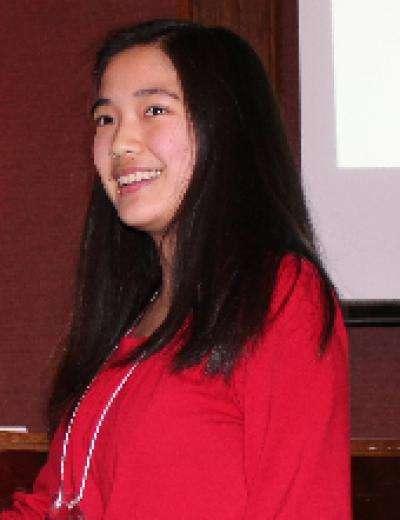Janelle Tam vient d'obtenir sa récompense pour sa découverte des effets de nanoparticules de cellulose et des fullerènes sur l'inactivation des radicaux libres. © Sanofi BioGENEius Challenge Canada