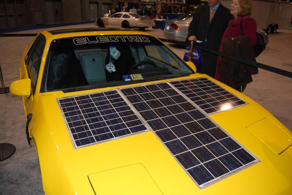 Si, pour le moment, la technologie photovoltaïque n'est pas assez performante pour pouvoir alimenter les batteries lithium-ion des véhicules électriques, les choses pourraient évoluer grâce à la pérovskite. © Daniel Borman, CC by 2.0