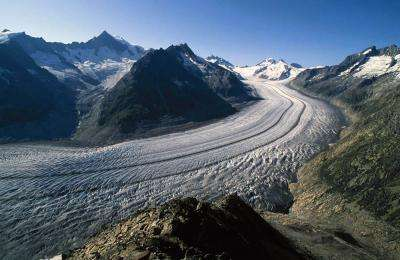 L'Aletsch, en Suisse, est une vallée glaciaire typique et la plus grande dans les Alpes. Sa perte de volume depuis le milieu du XIXe siècle est bien visible, avec l'apparition de moraines sur les côtés (roches claires sur l'image). © Frank Paul, UZH