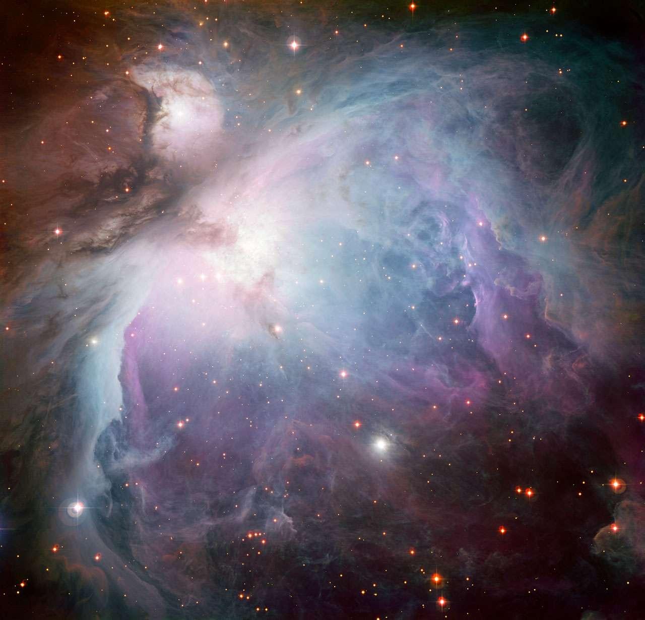 Cette image de la nébuleuse d'Orion à l'aspect éthéré a été obtenue avec la caméra WFI installée sur le télescope de 2,2 mètres MGP-ESO à l'observatoire de La Silla, au Chili. La nébuleuse d'Orion, aussi connue sous le nom de Messier 42, est l'un des objets célestes les plus faciles à reconnaître et l'un des mieux étudiés. C'est un énorme complexe de gaz et de poussière où se forment des étoiles massives, et c'est la région de ce genre la plus proche de la Terre. Le gaz lumineux y est si brillant qu'elle peut être vue à l'œil nu, et elle offre un paysage fascinant quand on l'observe au télescope. Malgré son caractère familier et sa proximité, il y a encore beaucoup à apprendre sur cette nurserie stellaire. Ce n'est par exemple qu'en 2007 que l'on a constaté qu'elle était plus proche de la Terre qu'on le pensait : 1.350 années-lumière au lieu de 1.500 années-lumière. Les données utilisées pour cette image ont été sélectionnées par le Russe Igor Chekalin, qui a participé au concours d'astrophotographie « Les trésors cachés 2010 de l'ESO ». © ESO