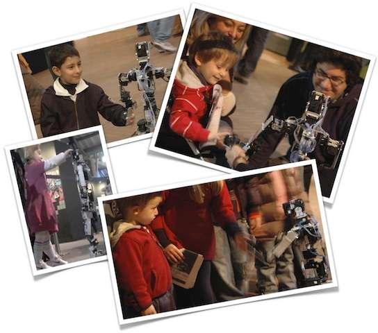 Acroban, le robot que l'on tient par la main. © Inria Flowers