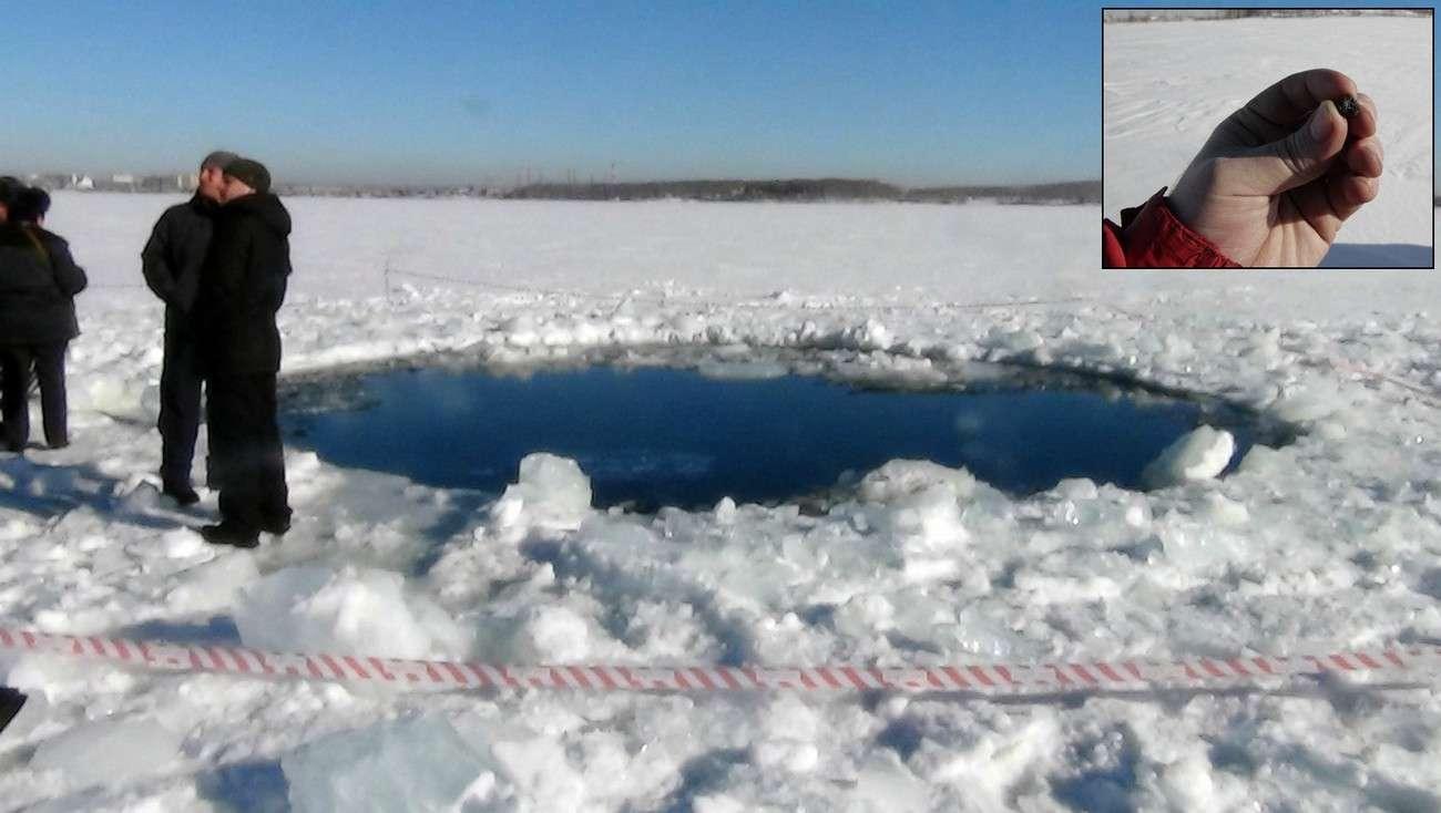 Les premiers morceaux de la météorite de l'Oural ont été retrouvés au bord du lac de Tchebarkoul. Il s'agirait d'une météorite de la classe des chondrites avec 10 % de fer. © AFP, Chelyabinsk Region Police Department ; Denis Panteleev pour la vignette