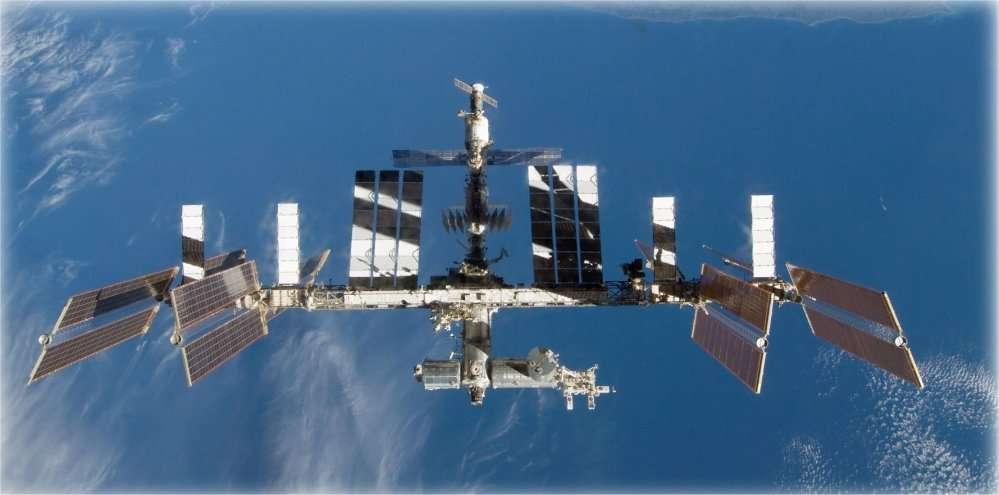 La Station spatiale internationale (ici photographiée en 2011) orbite à environ 400 kilomètres d'altitude, là où circulent de nombreux débris de toutes tailles. © Nasa