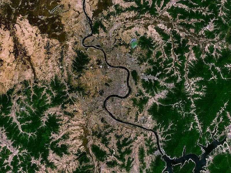La ville de Jilin et sa rivière polluée en 2005 par du benzène lors de la catastrophe. © Nasa World Wind, domaine public