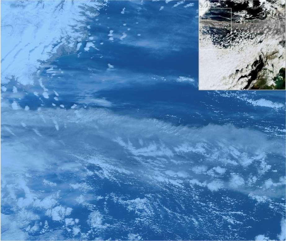 L'éruption de l'Eyjafjöll observée par le satellite Envisat. Le panache gris s'étale (horizontalement sur la photo) au-dessus de la couverture nuageuse. L'Islande est haut à gauche. L'image complète se trouve sur le site du Cnes. © Cnes