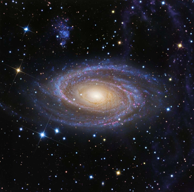 Cette superbe photographie de la galaxie M 81 met en valeur la boucle de Arp (à droite) qui est désormais rattachée à notre Voie lactée. La tache bleue au-dessus à gauche de M 81 est une petite galaxie satellite. © R. Jay GaBany