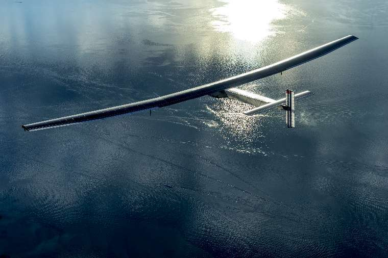 Le SI2 n'attend que la bonne fenêtre météo pour s'envoler au-dessus de l'océan Pacifique, avec un cap sur Hawaï. On le voit ici survolant un lac suisse, lors d'un des premiers essais, le 28 août 2014. © Solar Impulse/Revillard/Rezo.ch