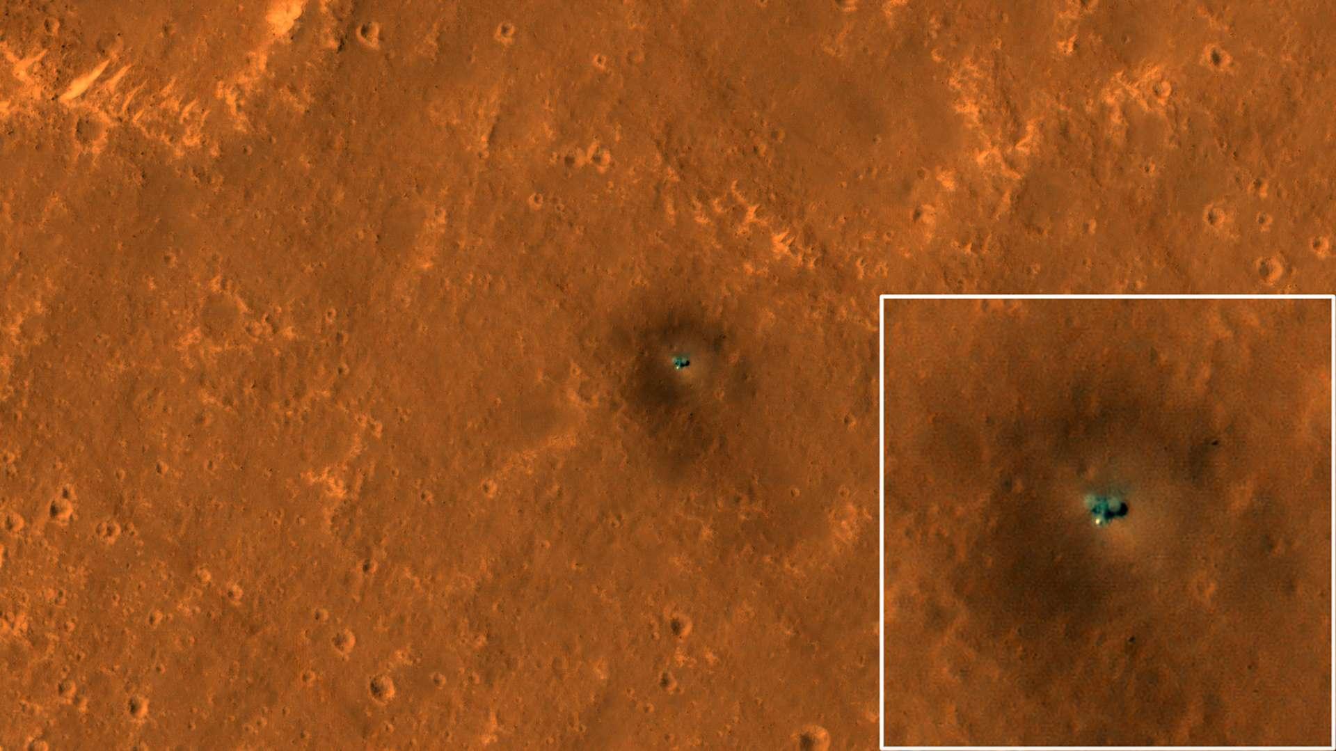 La sonde InSight de la Nasa, sur Mars, vue par la sonde Mars Reconnaissance Orbiter en orbite autour de la planète rouge. © Nasa, JPL-Caltech, University of Arizona