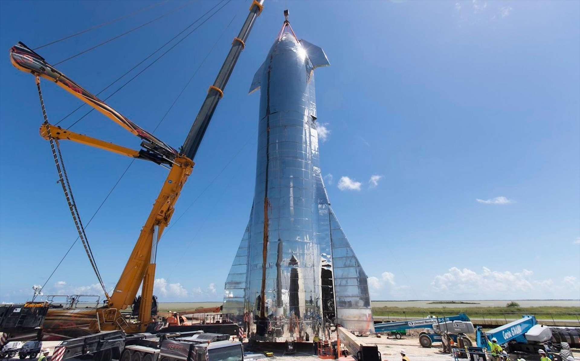 À Boca Chica, assemblage terminé de MK1, un des deux prototypes du futur lanceur Starship de SpaceX. © SpaceX, Elon Musk