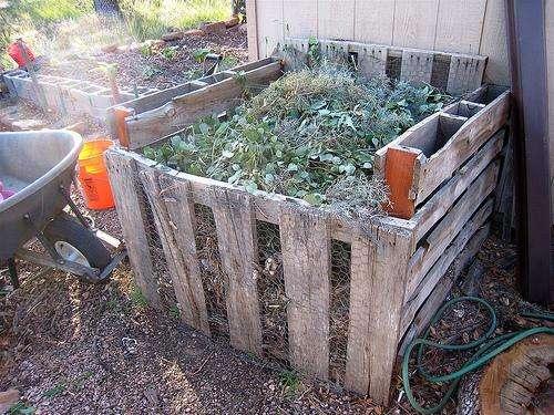 Zone de compost accueillant les déchets verts d'un jardin et de son potager. © Cogdogblog CC by 2.0